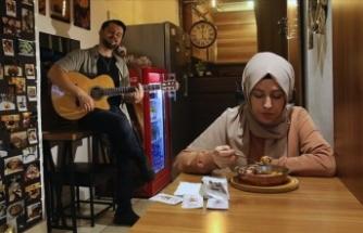 Genç müzisyenin 'közde mantısı' gitar tınılarıyla damakları tatlandırıyor