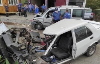 Hafif ticari araç ile otomobil çarpıştı: Ağır yaralılar var