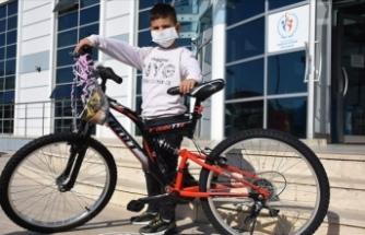 Küçük Utku'ya Bakandan bisiklet