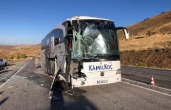 Sivas'ta feci kaza.. yolcu otobüsü tıra çarptı
