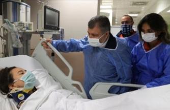 Sağlık Bakanı Koca, enkazdan kurtarılan İnci Okan'ı ziyaret etti