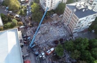Her sabah işe gider gibi depremde yıkılan binanın önüne geliyor