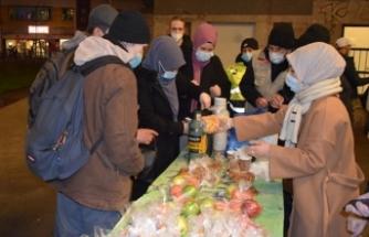 Berlin'de yaşayan Türkler evsizleri sevindirdi