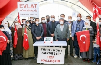 Evlat nöbetindeki annelerden Erdoğan'a doğum günü sürprizi