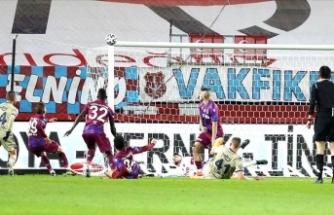 Fenerbahçe Trabzonspor'u zirveden uzaklaştırdı