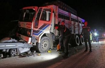 Narenciye kamyonu polis aracını ezdi
