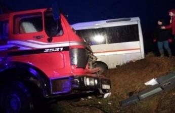 Öğrenci servisi ile kamyon çarpıştı