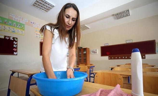 Köylü ve öğretmenler el ele okulu onarıyor