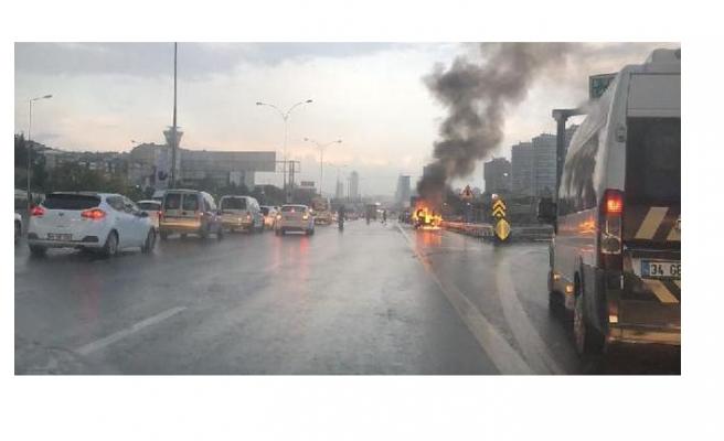 Otomobil yolda alev alev yandı