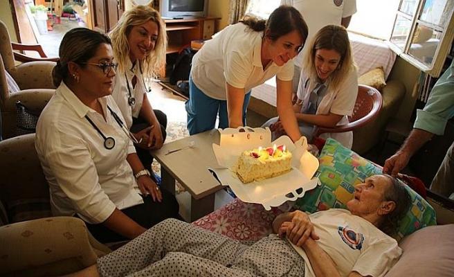 100 yaşındaki Bedriye Nineye Evde Sağlık ekibi sürpriz yaptı