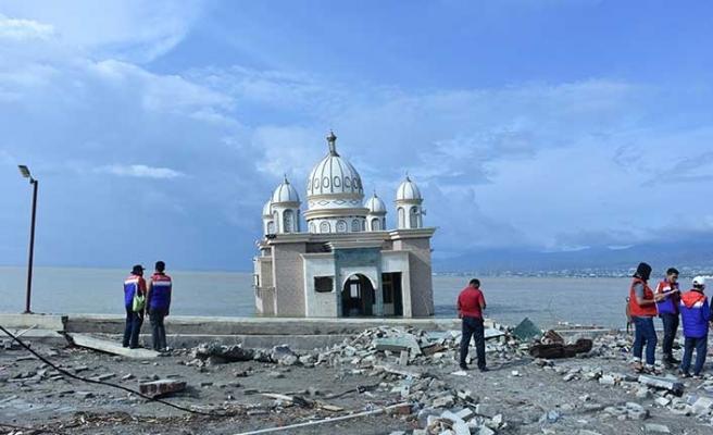 Endonezya'daki afet camiyi yıkamadı
