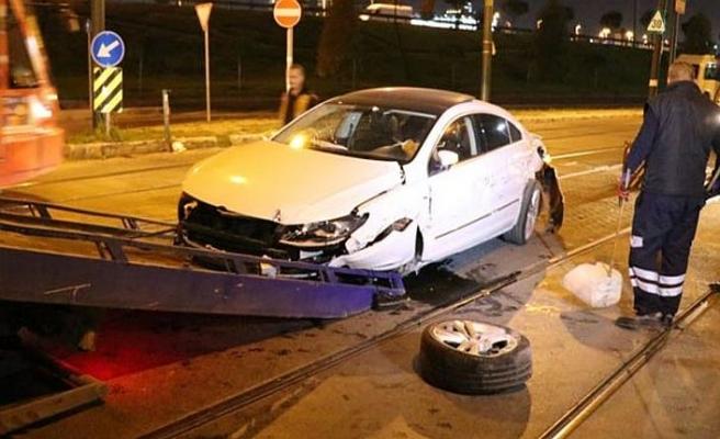 İstanbul'da otomobil tramvaya çarptı