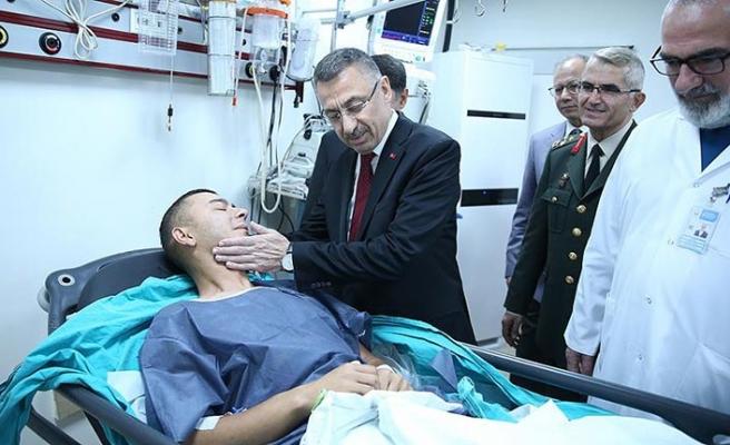 Fuat Oktay'dan patlamada yaralanan askerlere ziyaret