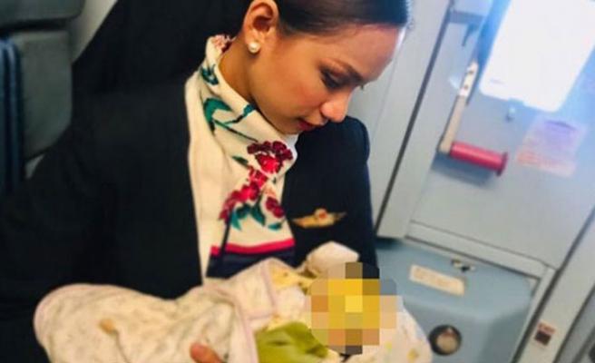 Uçakta acıkıp ağlayan bebeğin imdadına o hostes koştu