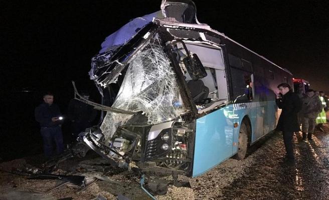 Belediye otobüsü kamyona çarptı