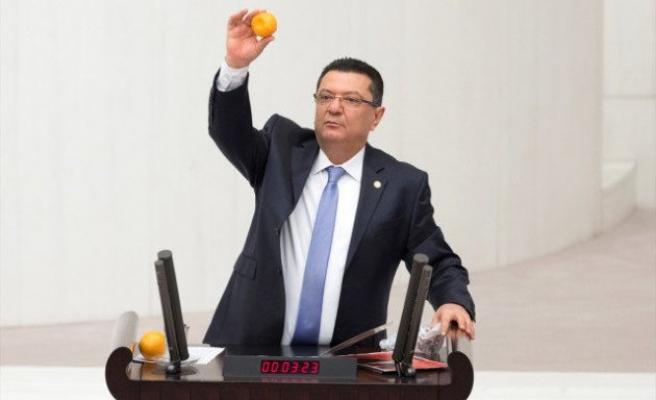 CHP'li vekil kürsüye portakal, mandalinayla çıktı