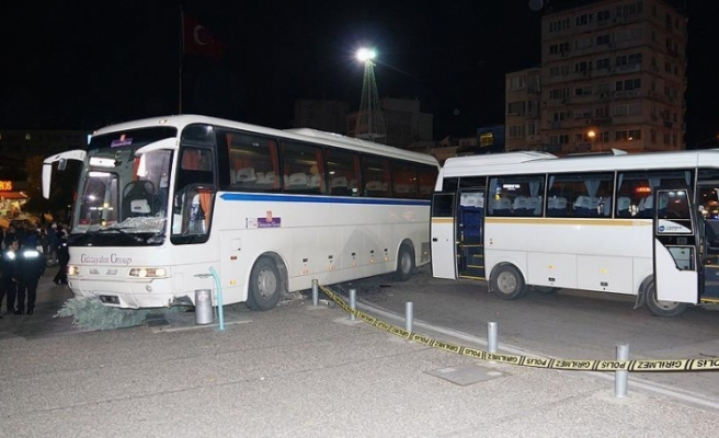 İzmir'de tur otobüsü kaldırımdaki yayalara çarptı: 1 ölü, 3 yaralı