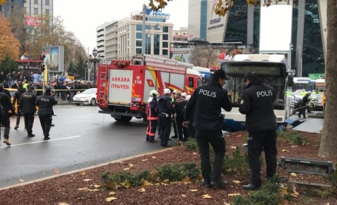Ankara Kızılay'da otobüs yayaların arasına daldı