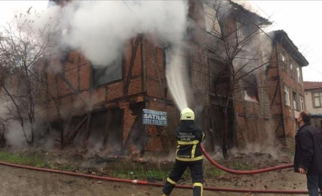 Düzce'de tarihi konak yandı