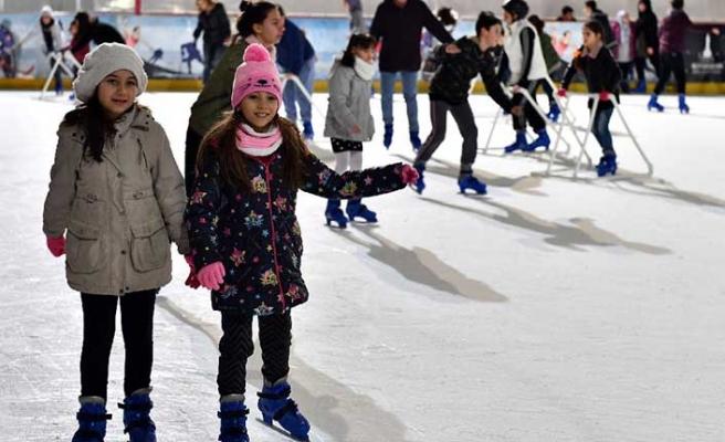 Kar pistinde kayan çocuklar yaşasın tatil diyor