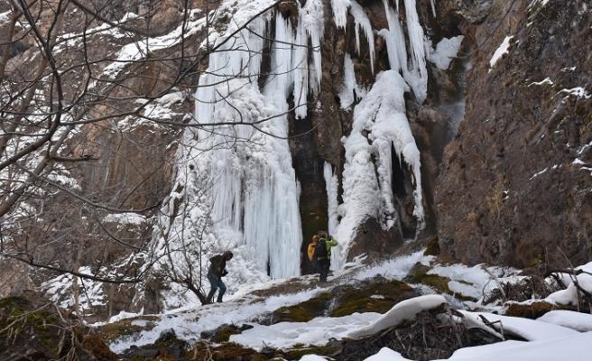 Şelale dondu, 7-8 metrelik buz sarkıtları oluştu...