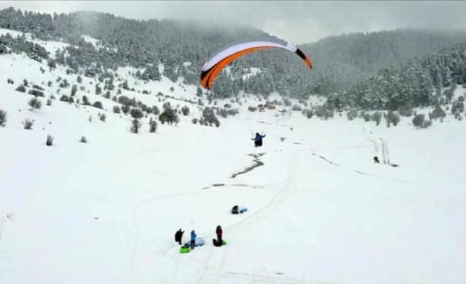 3. Abant Kış Uçuşları Festivali kapsamında paraşüt uçuşları gerçekleştirildi