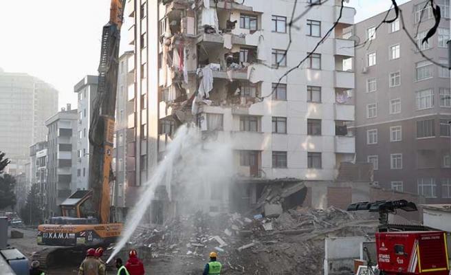 Kartal'daki riskli binanın yıkımı sürüyor