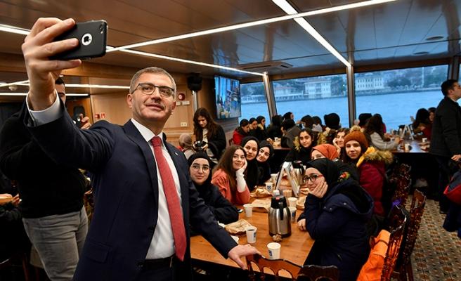 Başkan Türkmen liselileri Valide Sultan Gemisi'nde ağırladı