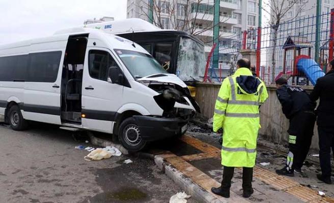 Belediye otobüsü ile servis minibüsü çarpıştı: Yaralılar var