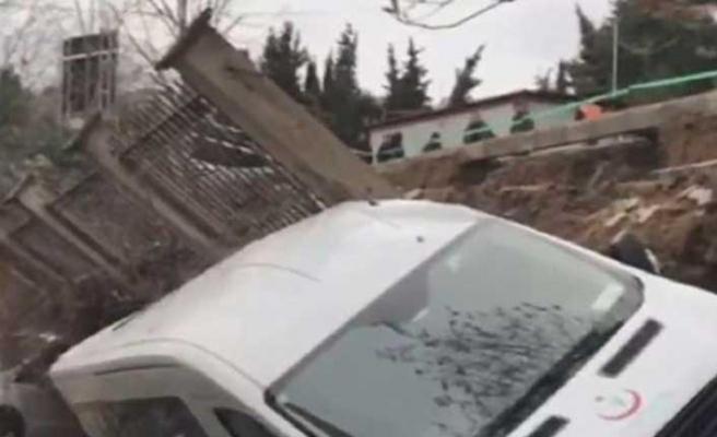 Beykoz'da istinat duvarı araçların üzerine yıkıldı