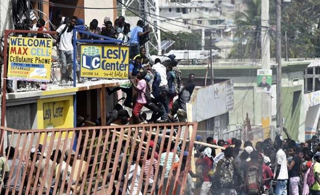 Haiti de karışıyor! Halk istifasını istedi