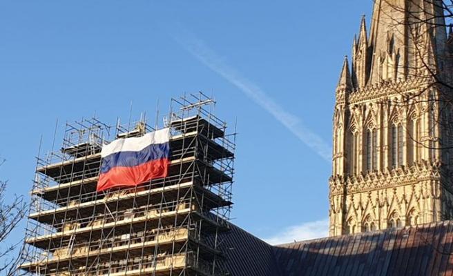 İngiltere'de şok! Katedrale asılan Rus bayrağı ortalığı karıştırdı