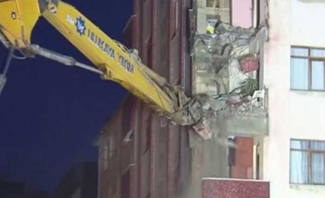 Kartal'da riskli görülen binanın yıkımına başlandı