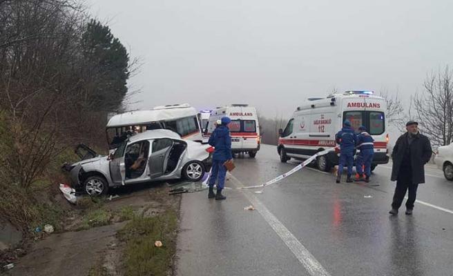 Kocaeli'de feci kaza! Servisle otomobil çarpıştı