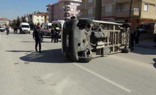 Otomobilin çarptığı servis minibüsü devrildi:  Yaralı öğrenciler var