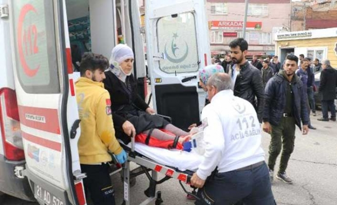 Diyarbakır'da taksici kavgayı izlerken yaşlı kadına çarptı!