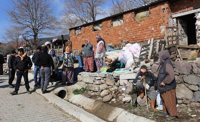 İzmir'de toprak kayması sonucu bazı evler tahliye edildi