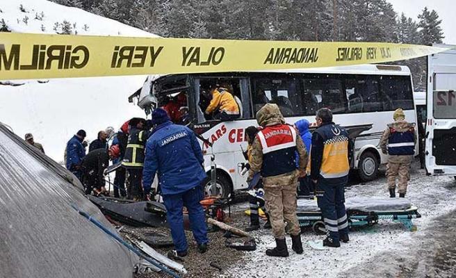 Kars'ta yolcu midibüsü TIR'a çarptı: 20 yaralı