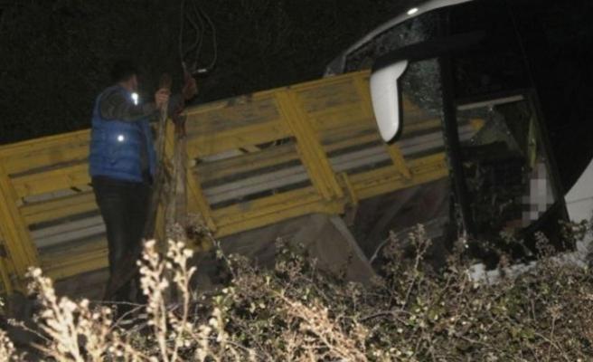 Balıkesir'de yolcu otobüsü ile kamyon çarpıştı: 2 ölü, 7 yaralı