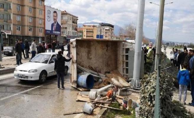 Bursa'da kamyonet devrildi: 3 yaralı