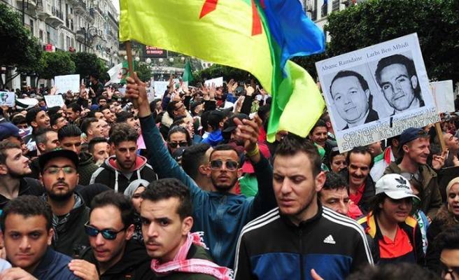 Cezayir'de hakim ve avukatlar da ayaklandı!