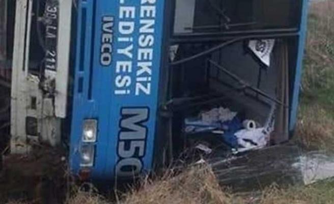 Futbolcuları taşıyan midibüs TIR'la çarpışmamak için devrildi: 15 yaralı