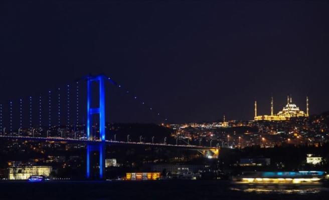 İstanbul köprüleri kolon kanseri farkındalığı için mavi renge büründü