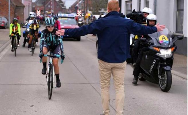 Kadın bisikletçi erkekleri yakalayınca yarışa ara verildi!