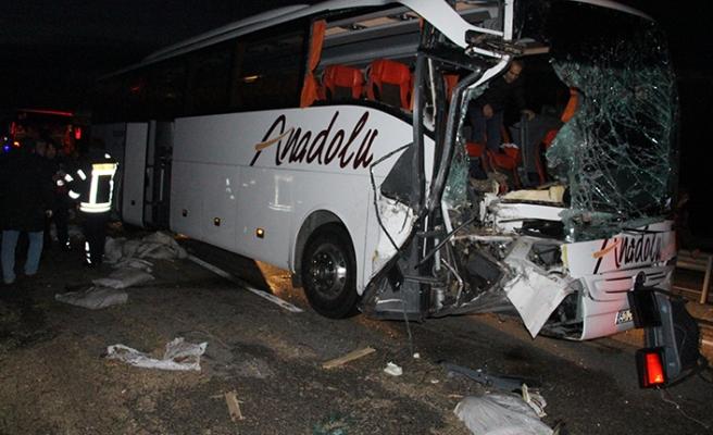 Yolcu otobüsü tıra çarptı! Çok sayıda kişi yaralandı