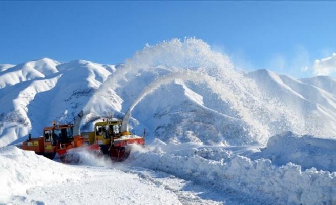 Yolları açmak için 5 metrelik karla mücadele ediyorlar