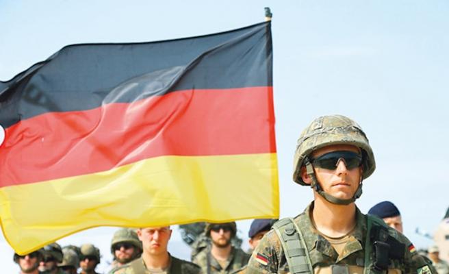 Girit'te Alman bayrağı diken Alman subaylara hapis cezası