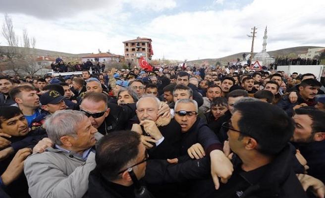 CHP lideri Kılıçdaroğlu cenazede saldırıya uğradı