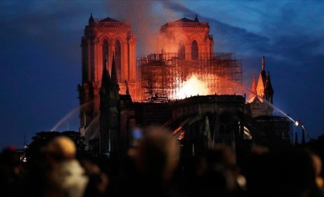 Paris'te Notre Dame Katedrali'nde yangın