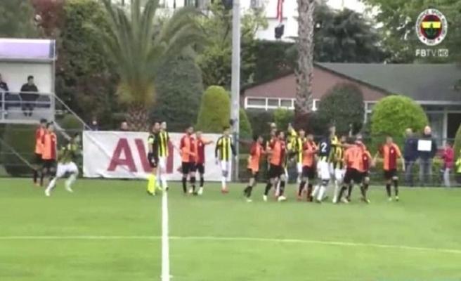 Fenerbahçe-Galatasaray gençler derbisinde ortalık karıştı!